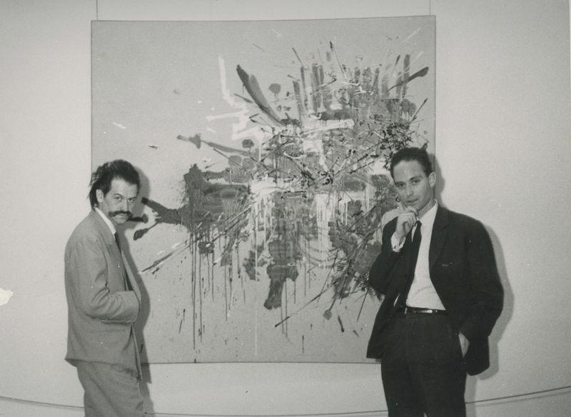 Georges Mathieu et Dr. Haim Gamzu (Directeur et Commissaire au Musée de Tel Aviv) devant 'La bataille de Gilboa' en 1962 à Tel-Aviv