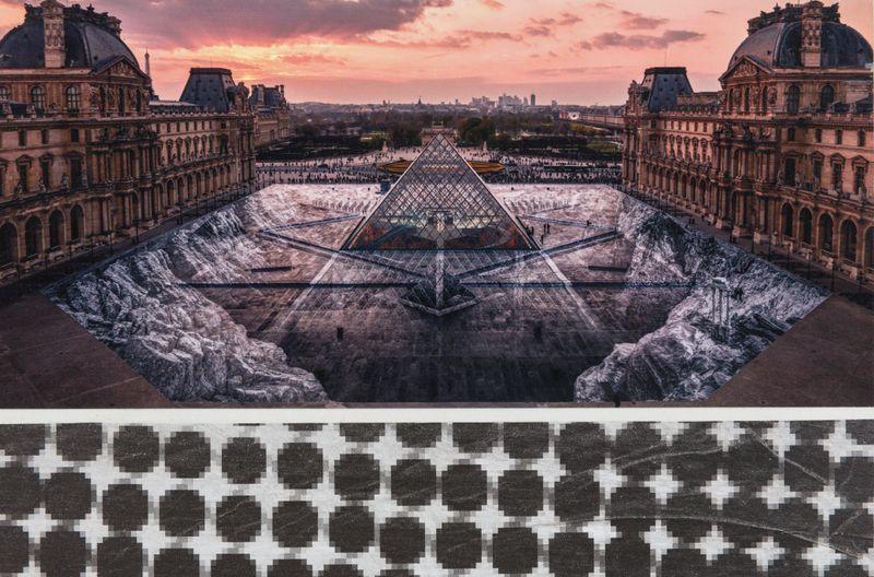Jr_JR au Louvre et le Secret de la Grande Pyramide, Relique #3 © Pyramide, architecte I. M. Pei, musée du Louvre, Paris, France_jr-53161_126293