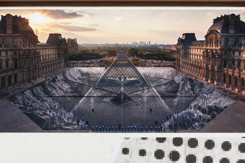Jr_JR au Louvre et le Secret de la Grande Pyramide, Relique #2 © Pyramide, architecte I. M. Pei, musée du Louvre, Paris, France_jr-53162_129804