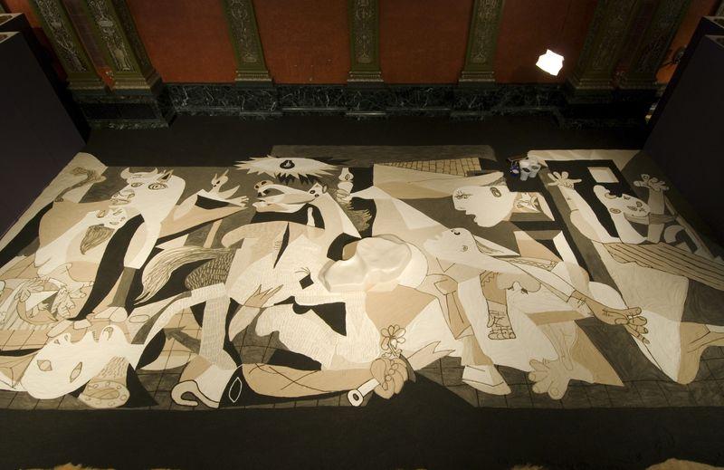 lee_mingwei_Guernica in Sand