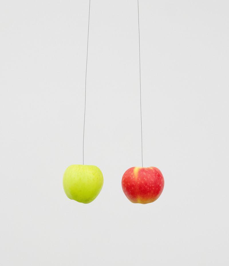 Michael_Sailstorfer_Zwei Äpfel (--)