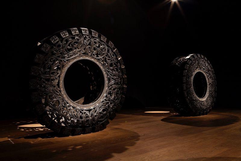 """""""Sans titre (Truck Tyre)"""" / """"Untitled (Truck Tyre)"""" 2013Pneu de camion taillé à la main / Hand carved truck tyre148 cm ø x 60 cm / 58 1/4 inches ø x 60 cm / Unique"""