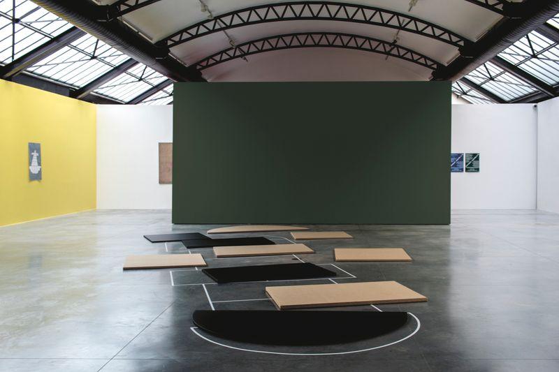 """Claude_Rutault_View of the exhibition """"monochrome 5 sur une grille de marelle"""" at Fondation CAB Bruxelles (Belgium), 2019_21890"""