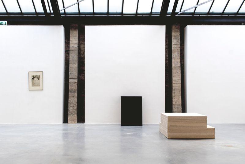 """Claude_Rutault_View of the exhibition """"monochrome 5 sur une grille de marelle"""" at Fondation CAB Bruxelles (Belgium), 2019_21897"""