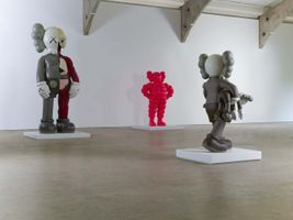 "Vue de l'exposition ""KAWS"" curated by Clare Lilley  à YORKSHIRE SCULPTURE PARK  (United Kingdom), 2016 