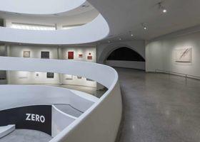 "Vue de l'exposition de groupe ""ZERO, Countdown to Tomorrow, 1950's - 1960's"" à Guggenheim Museum New York (USA), 2014 | Jesús Rafael SOTO"